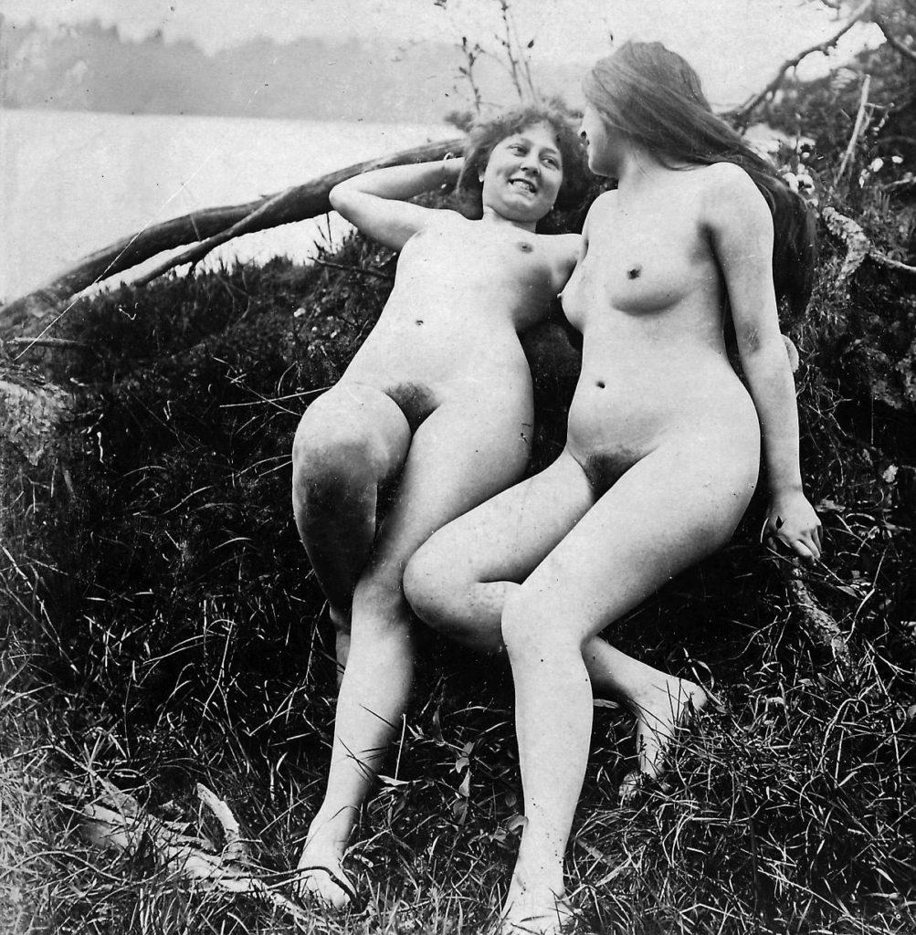 Zwei Frauen in der Natur